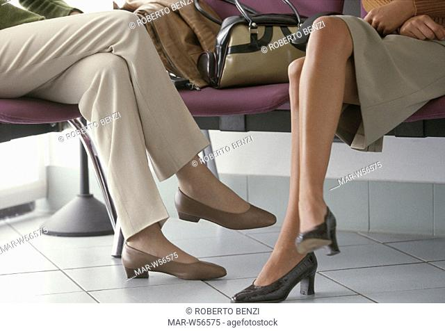 gambe di donne in una sala d'aspetto