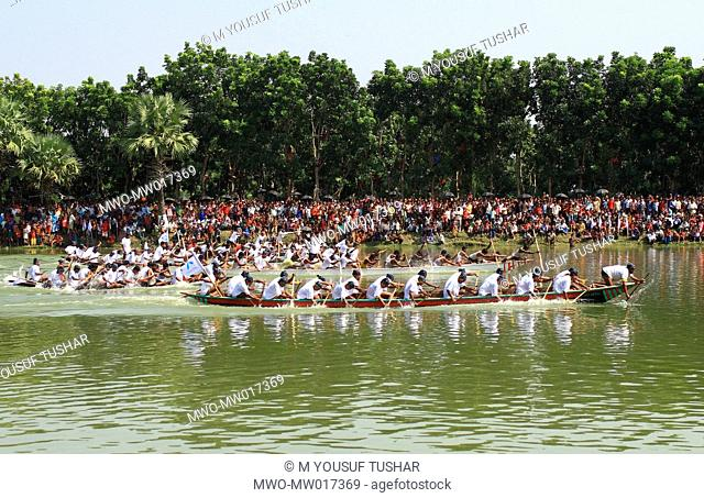 A traditional boat race, on the Buriganga river, in Manikganj, Bangladesh October 17, 2007 Boat race is a very popular and entertaining event during the rainy...