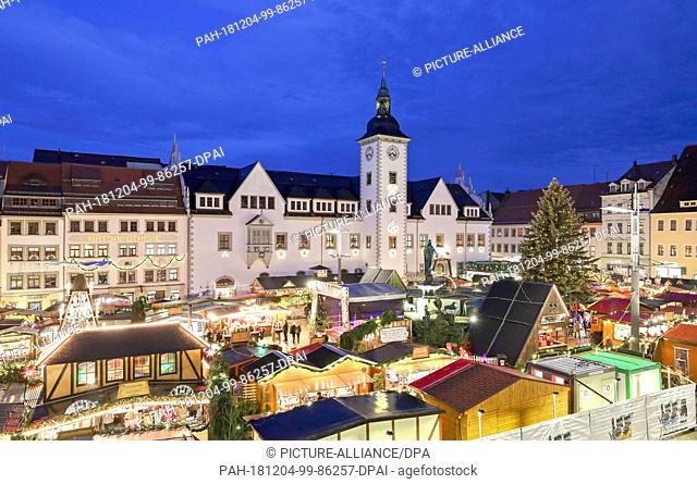 03 December 2018, Saxony, Freiberg: View of the Christmas market at the Obermarkt. For a total of 27 days, the Christmas market with a strong connection to the...
