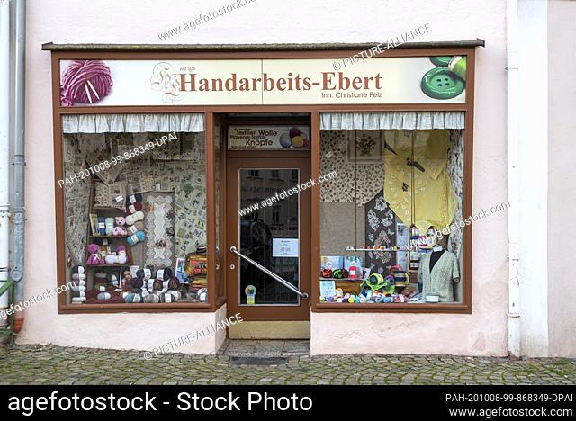 03 October 2020, Saxony, Schneeberg: On the market place of the big mountain town Schneeberg there is still a traditional handicraft shop