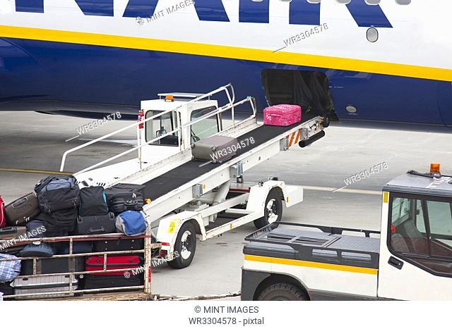 Conveyor Unloading Luggage