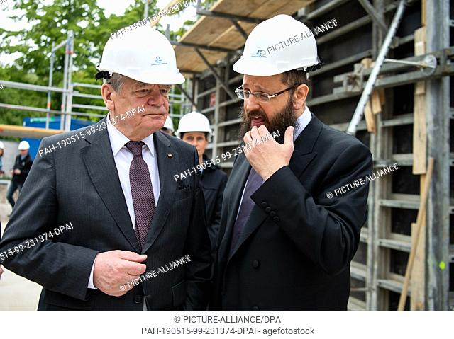 15 May 2019, Berlin: Former Federal President Joachim Gauck (l) is led by Rabbi Yehuda Teichtal (r), Chairman of the Chabad Jewish Education Centre