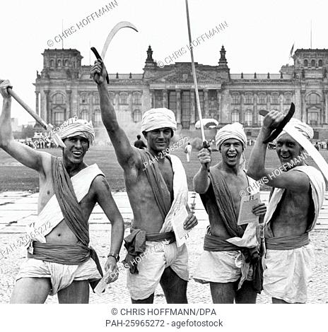 """Members of the British Berlin brigade are standing in front of the Reichstag building in Berlin on 22 August 1986, dressed up as """"""""wild warriors"""""""" (translated..."""