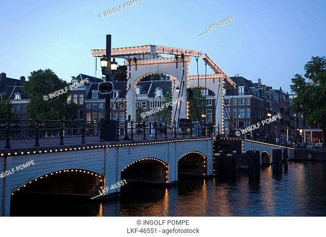 Magere Brug, Amstel, Illuminated Magere Brug Skinny Bridge, in the evening, Amsterdam, Holland, Netherlands