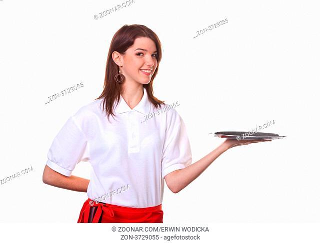 Junge Frau als Serviererin serviert Getränke auf einem Tablett