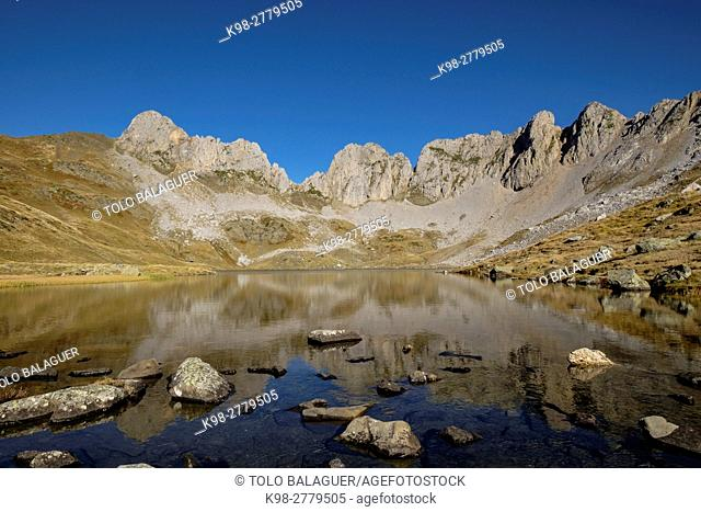Ibon de Acherito, with the Pena of the Ibon, 2130 mts and the peak of La Ralla, 2146 mts in the second term, Valley of Hecho, western valleys