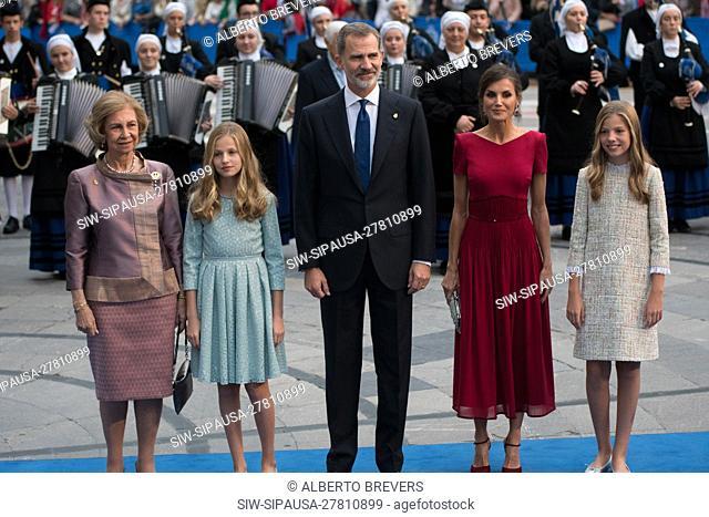 Oviedo, SPAIN: Queen Sofia (L), Infanta Sofia, King Felipe VI, Queen Leitizia and Princess Leonor (R) pose before photographers before entering the Campoamor...