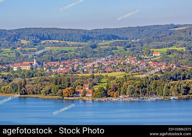 Öhningen am Bodensee mit der Stiftskirche St. Hippolyt und Verena und dem am Seeufer gelegenen Schloss Oberstaad