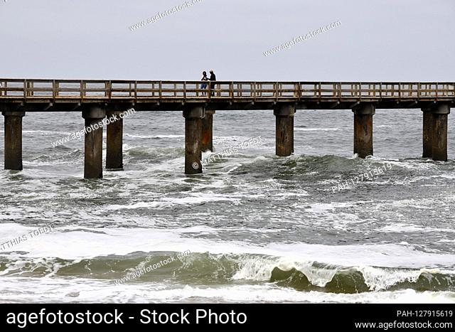 Couple of tourists on the Swakopmund pier across the Atlantic, taken on 02.03.2019. Photo: Matthias Toedt / dpa-Zentralbild / ZB / Picture Alliance | usage...
