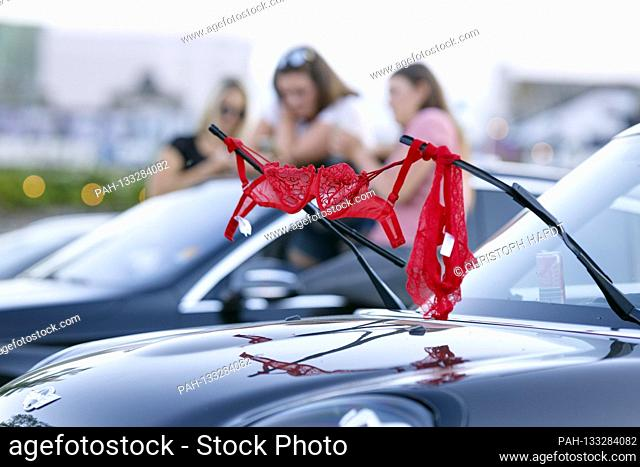 Spectators at the Sixx Paxx Strip Show as part of the BonnLive car concert series in the drive-in cinema. Bonn, June 21, 2020   usage worldwide