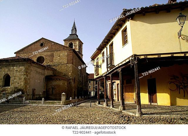 León España  Iglesia de Ntra  Sra  del Mercado en la Plaza de Santa María del Camino en el casco histórico de León  Church of Ntra  Mrs  of the Market in the...