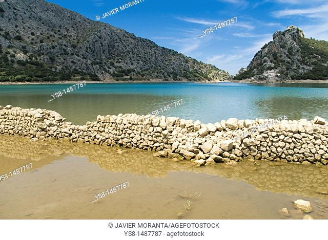 Spain, Balearic Islands, Mallorca, Construction of dry wall in the reservoir Gorg Blau