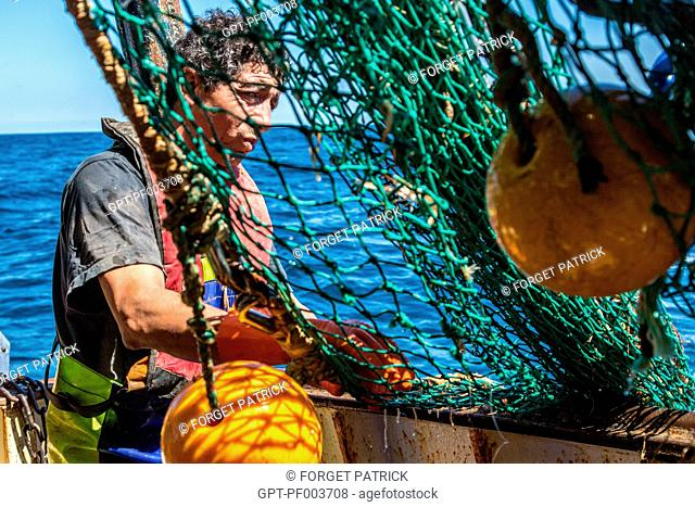 SAILORS AT WORK RAISING THE NETS DURING A HAUL, SEA FISHING ON A SHRIMP TRAWLER 'QUENTIN-GREGOIRE' OFF THE COAST OF SABLES-D'OLONNE, (85) VENDEE, LOIRE REGION