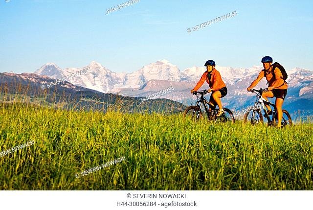 Mountainbiker und Berner Alpen