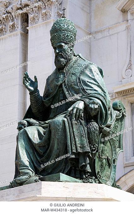 europe, italy, marche, loreto, square of the madonna, statue of pope sisito v