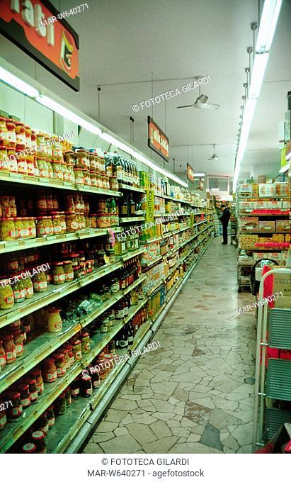SUPERMERCATO veduta interna. Scaffali con alimenti conservati in barattolo (sott'olio, ecc.), dolci (biscotti, ecc.) in un'ampia varietà di scelta