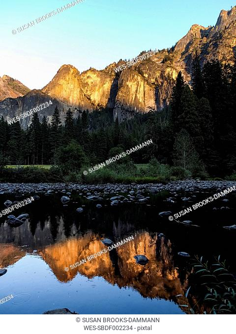 USA, California, Yosemite Valley, Sunset in the mountains reflecting in water