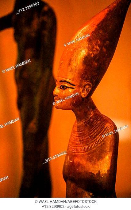 Tutankhamen as Harpooner, A Golden Statue of king Tutankhamon, New Kingdom, Egyptian museum