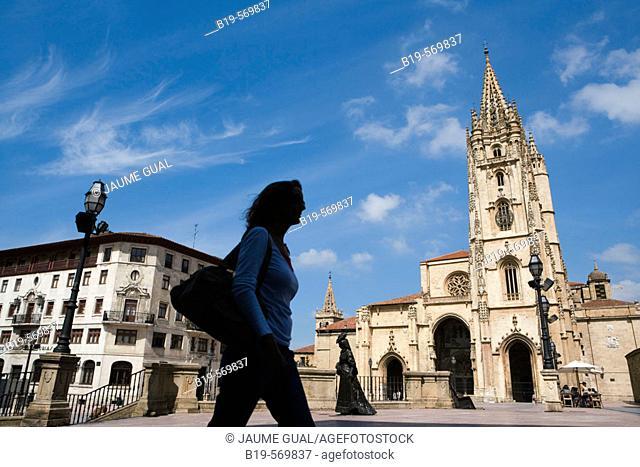 Tourist silhouette. Statue of 'La Regenta'. Cathedral in background. Plaza de Alfonso II el Casto. Oviedo. Asturias. Spain