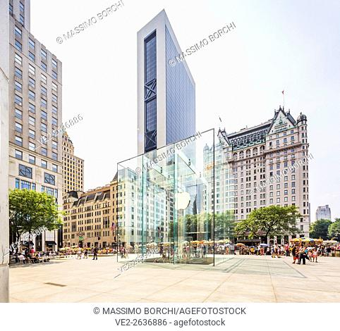 USA, New York, New York City. Manhattan, Midtown, Apple Store near the Fifth (5th) Avenue