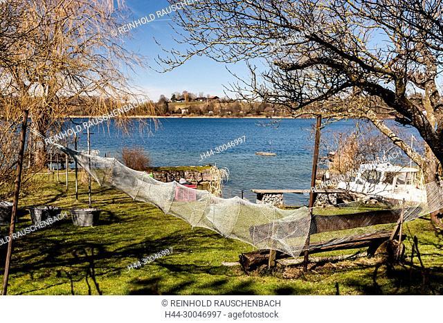 Liegeplätze der Fischerboote auf der Fraueninsel. Seit 400 Jahren leben Fischer auf der Insel. Derzeit betreiben 16 Familien rund um den Chiemsee noch die...