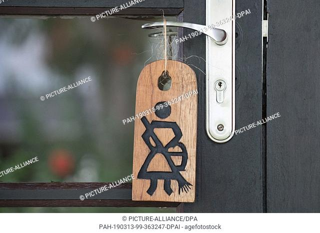 18 February 2019, São Tomé and Príncipe, Bom Bom: A wooden sign for the chambermaid hangs on a door handle in the Hotel Omali Lodge of the HBD Group (Here Be...