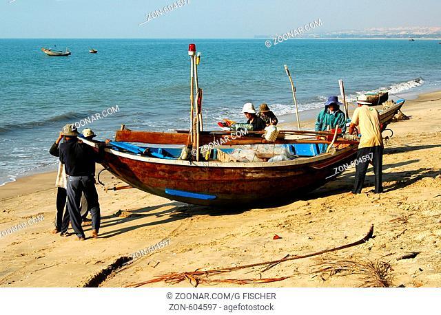 Fischer bereiten sich zur Ausfahrt vor, Fischerdorf Mui Ne, Vietnam / Fishermen setting sail, Mui Ne, Viet Nam