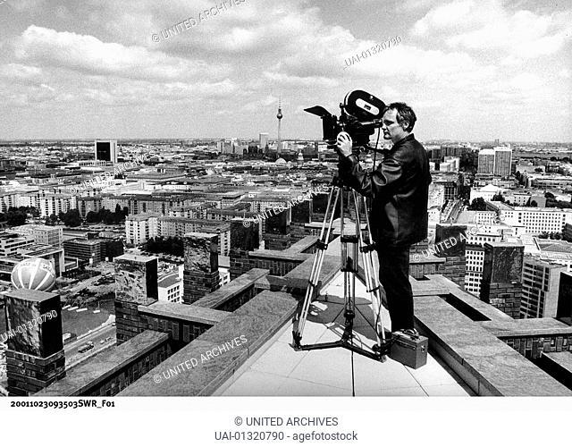 Regisseur Thomas Schadt ueber den Daechern von Berlin, Potsdamer Platz *** Local Caption *** 2002, Berlin: Sinfonie Einer Grossstadt