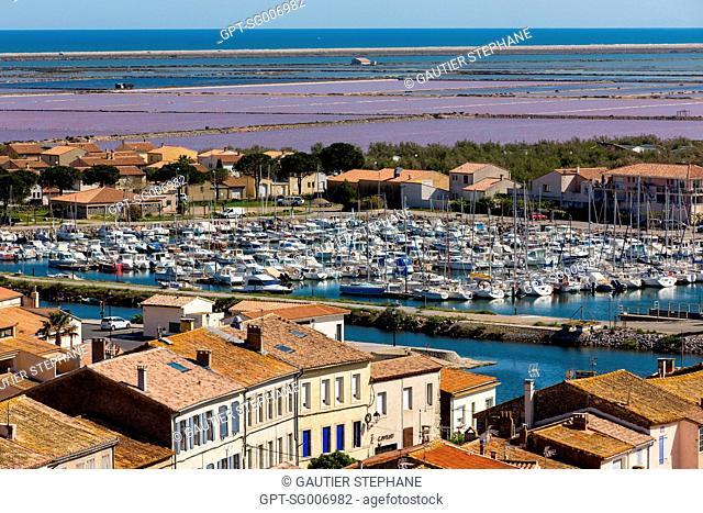 VIEW OF THE VILLAGE WITH THE BOATS MOORED IN THE BARBEROUSSE BASIN AND THE PARCELS OF SALT MARSHES OF GRUISSAN, THE GRUISSAN PONDS, GRUISSAN, AUDE (11), FRANCE