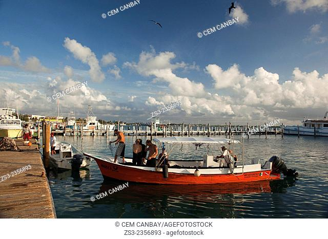 Tourists turning back from a diving trip, of Isla Mujeres, Cancun, Quintana Roo, Yucatan Province, Mexico, Central America