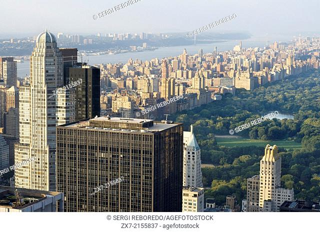 Aerial views of Central Park and the Hudson River Park, in addition to the skyscrapers that surround it. This park, weekends all interior streets and nearly 3