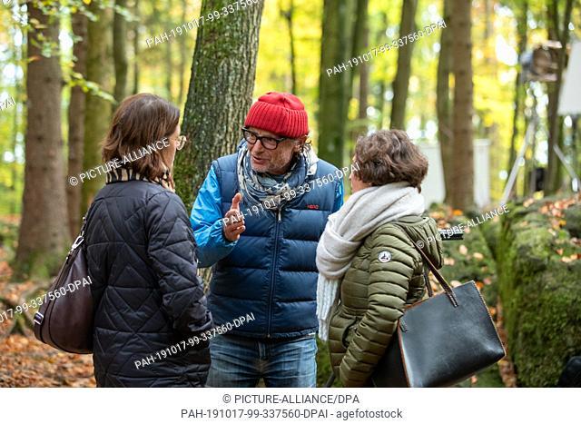 17 October 2019, Bavaria, Wiesenttal: Director Matthias Steurer talks to the editor of Bayerischer Rundfunk (BR) Birgitta Kaßeckert (r) and Tina Petersen from...