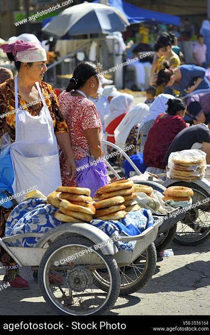 Uzbekistan, Unesco World Heritage Site, Samarkand, Siab Bazaar, Women selling Nons, traditional Uzbek round breads