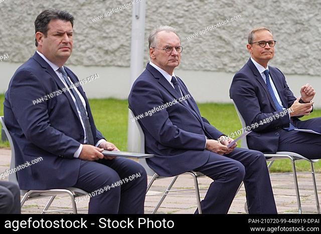 20 July 2021, Berlin: Hubertus Heil (l-r, SPD), Federal Minister of Labour, Reiner Haseloff (CDU), President of the Bundesrat, and Michael Müller (SPD)