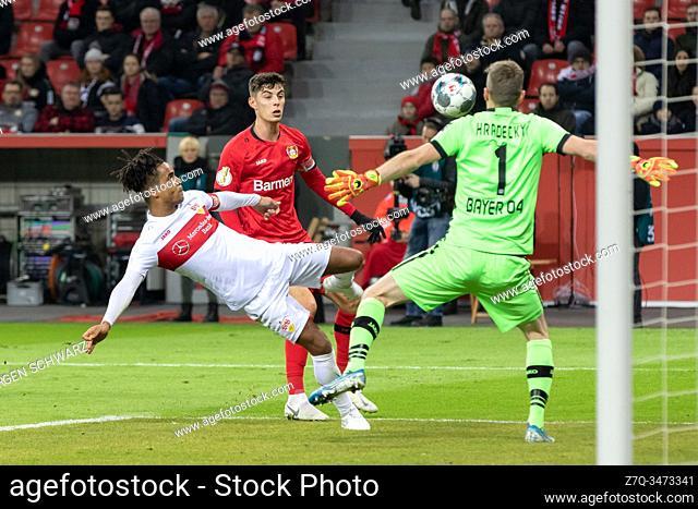 Leverkusen, Germany, 05. 02. 2020, DFB Cup, Bayer 04 Leverkusen - VFB Stuttgart, Daniel Didavi (VfB), Kai Havertz (B04), Torwart Lukas Hradecky (B04) (Foto:...