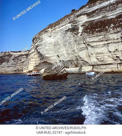 Ein Ausflug zu den Sandsteinfelsen von Bonifacio, Korsika, 1980er Jahre. A trip to the sandstone cliffs of Bonifacio, Corsica, 1980s
