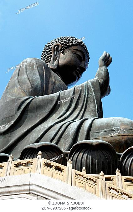 Die Klosteranlage von Po Lin auf Lantau in Hongkong zählt zu den bekanntesten Ausflugszielen für Touristen. Der Tian Tan Buddha ist 34 Meter hoch / The Po Lin...