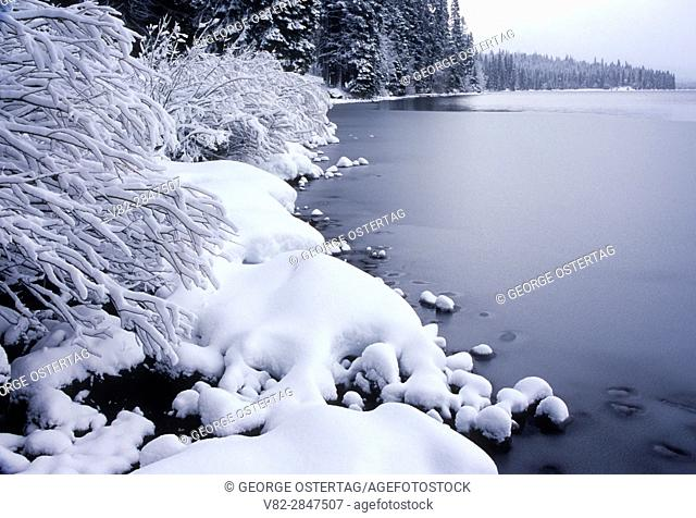 Diamond Lake in winter, Umpqua National Forest, Rogue-Umpqua National Scenic Byway, Oregon