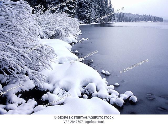 Diamond Lake in winter, Umpqua National Forest, Rogue-Umpqua National Scenic Byway, Oregon