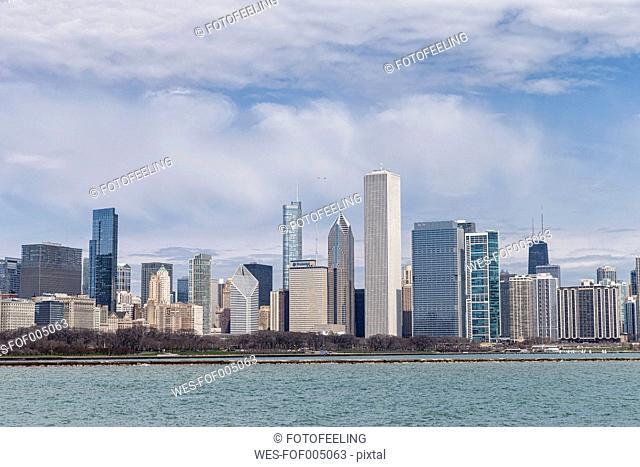USA, Illinois, Chicago, View of skyline with Lake Michigan
