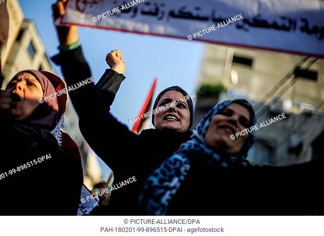 dpatop - Supporters of the Popular Front for the Liberation of Palestine (PFLP) protest in support of reconciliation efforts between national political party...