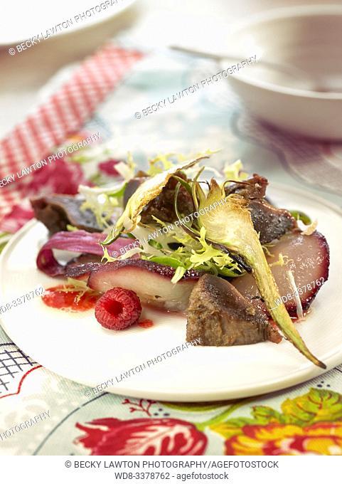 ensalada de mollejas de pato caramelizadas con alcachofa. / Caramelized duck gizzard salad with artichoke