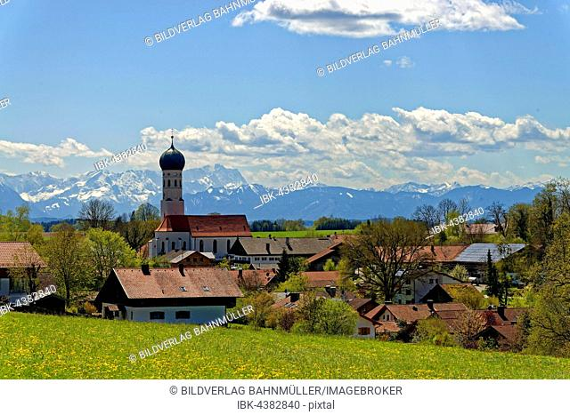 Parish Church of the Assumption, in front of the Wetterstein mountains with Zugspitze, Münsing, Upper Bavaria, Bavaria, Germany