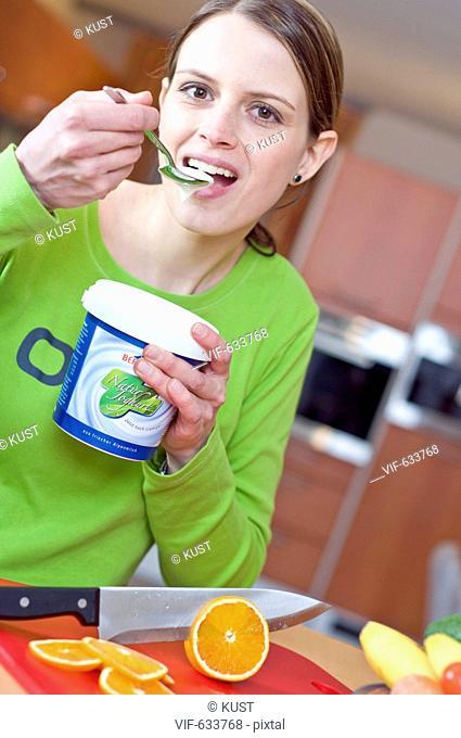 junge Frau isst Naturjoghurt - Nieder÷sterreich, Ísterreich, 14/02/2008