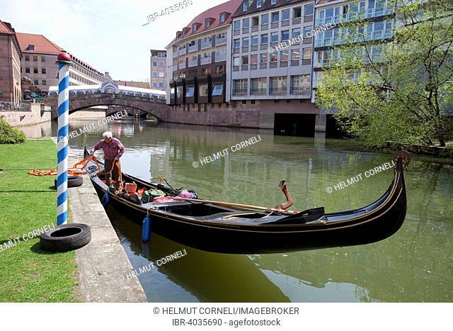 Gondola on the Pegnitz river near Fleisch Bridge or Pegnitz Bridge, historic centre, Nuremberg, Middle Franconia, Franconia, Bavaria, Germany
