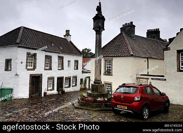 Market Cross, Mercat Cross, market place, historic houses, whitewashed, filming location Oulander Cranesmuir, Culross, Dunfermline, Fife, Firth of Forth