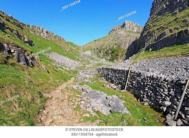 Pennine Way, dry valley, Watlowes and Comb Scar, Malham, Malhamdale, Yorkshire Dales National Park, North Yorkshire, England, UK