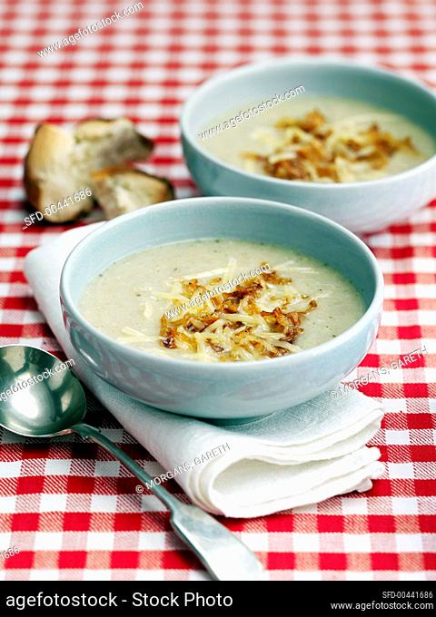 Cheese flour soup with roast onions