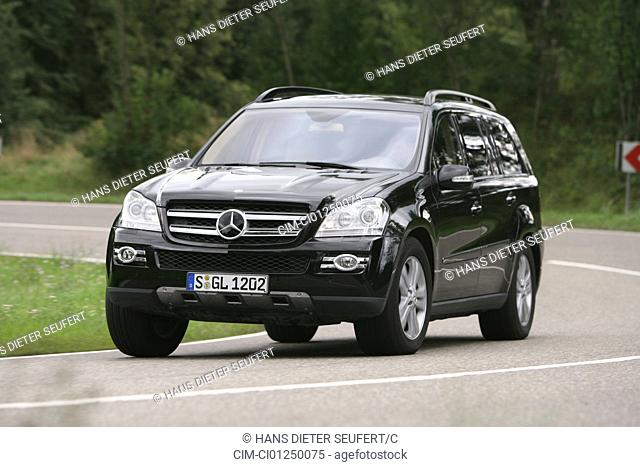 Mercedes GL 320 CDI, model year 2006-, black, driving, diagonal from the front, frontal view, country road