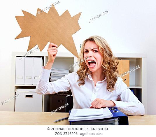 Wütende Frau mit leerer gezackter Sprechblase aus Pappe im Büro